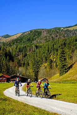 Cyclists, mountain bikers at the Kloo Aschauer Diensthuette, Kloo-Ascher Valley, near Bayrischzell, Upper Bavaria, Bavaria, Germany, Europe