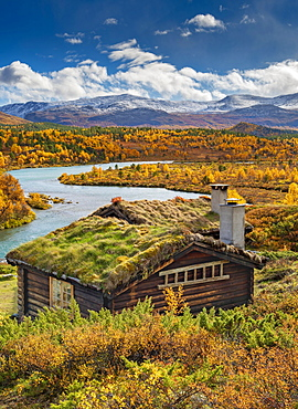Wooden cabin, wide landscape, turquoise river, colorful vegetation and discolored trees in autumn, Ruska Aika, Indian Summer, Indian Summer, Indian Summer, Tessand, Innlandet, Norway, Europe