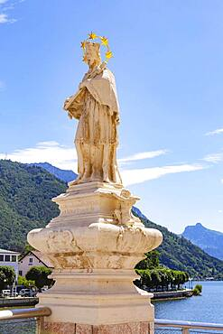 Nepomuk statue on the Traun bridge, Gmunden, Lake Traun, Salzkammergut, Upper Austria, Austria, Europe