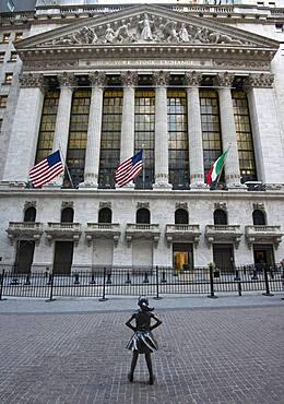 Bronze-Statue Fearless Girl, furchtloses Maedchen von der amerikanischen Bildhauerin Kristen Visbal vor dem Gebaeude der New Yorker Boerse, New York Stock Exchange, NYSE, Wall Street, Finanzbezirk, Manhattan, New York City, New York State, USA, North America