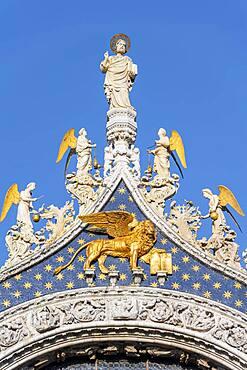 Gilded Lion, statue on the roof, St. Mark's Basilica, Basilica di San Marco, St. Mark's Square, Venice, Veneto, Italy, Europe