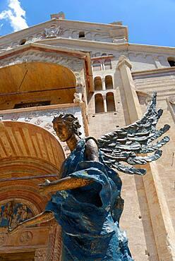 Brozeengel with Cattedrale Santa Maria Matricolare, Piazza Duomo, Verona, Veneto, Italy, Europe