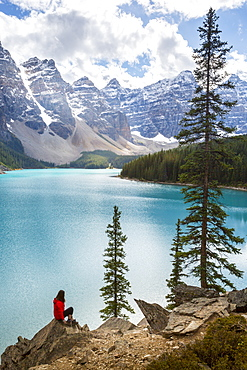 Lone traveller at Moraine Lake and the Valley of the Ten Peaks, Banff National Park, UNESCO World Heritage Site, Canadian Rockies, Alberta, Canada, North America