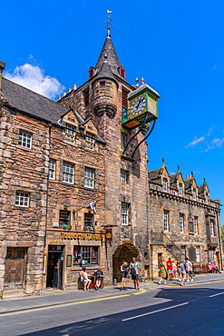 View of The People's Story Museum and Tolbooth Tavern on the Golden Mile (Royal Mile), Canongate, Edinburgh, Scotland, United Kingdom, Europe