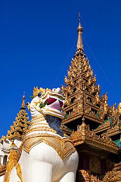 Chinthe statue at southern entrance to the Shwedagon pagoda, Yangon (Rangoon), Yangon Region, Myanmar (Burma), Asia