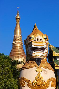 Chinthe statue at entrance to the Shwedagon pagoda, Yangon (Rangoon), Yangon Region, Myanmar (Burma), Asia