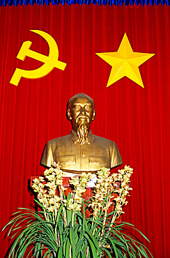 Bust of Ho Chi Minh and Vietnamese socialist flag, Vietnam, Indochina, Southeast Asia, Asia