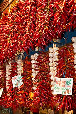 Paprika and garlic, Central Market (Kozponti Vasarcsarnok), Budapest, Hungary, Europe