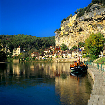View of village and Dordogne River, La Roque Gageac, Dordogne, Aquitaine, France, Europe