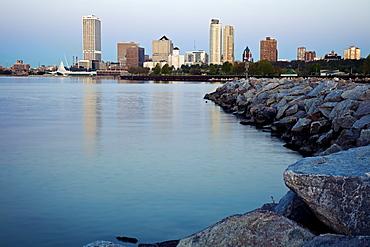 USA, Wisconsin, Milwaukee, City view from Lakefort, USA, Wisconsin, Milwaukee