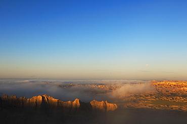 USA, South Dakota, Mountains in morning fog in Badlands National Park