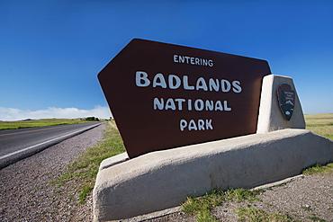 USA, South Dakota, Badlands National Park welcome sign on roadside