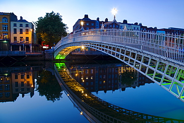 Ha'penny bridge and River Liffey at night