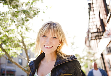 USA, New York, Williamsburg, Brooklyn, Portrait of smiling woman