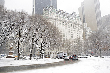 USA, New York City, Manhattan, street scene in winter