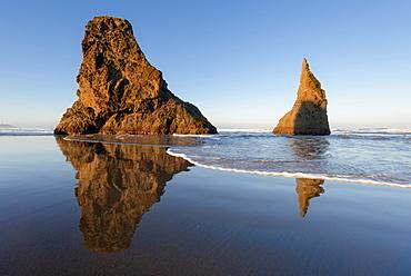 Rock formations on beach, USA, Oregon, Bandon