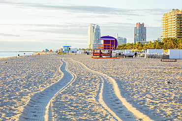 USA, Florida, Miami Beach, Tire tracks and lifeguard hut on beach