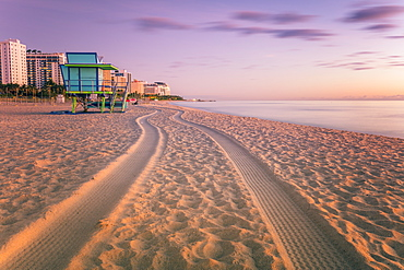 USA, Florida, Miami Beach, Lifeguard hut and tire tracks on beach