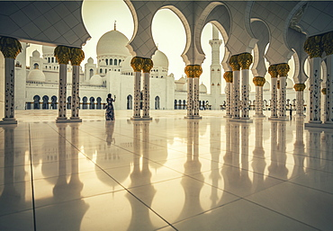 United Arab Emirates, Abu Dhabi, Sheik Zayed Grand Mosque, Woman photographing Sheikh Zayed Grand Mosque