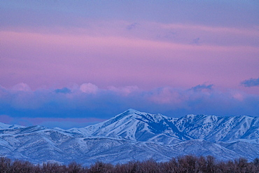 USA, Idaho, Bellevue, Pink dawn over snowy mountains