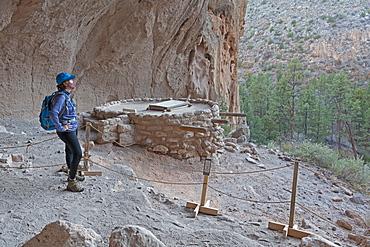 USA, New Mexico, Los Alamos, Bandelier National Monument, Hiker visiting Bandelier National Monument