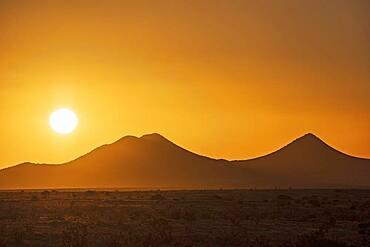 USA, New Mexico, Santa Fe, Sun setting over Cerrillos Hills State Park