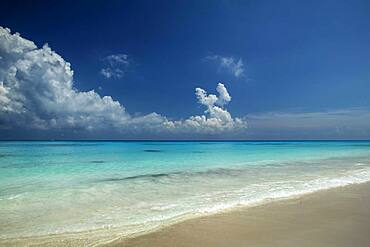 Mexico, Cancun, Quintana Roo, Turquoise sea and beach