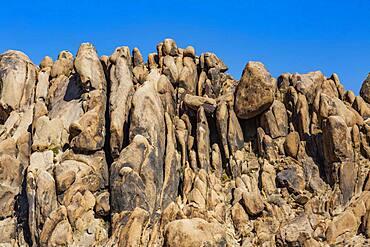 USA, California, Lone Pine, Alabama Hills rock formations in Sierra Nevada Mountains