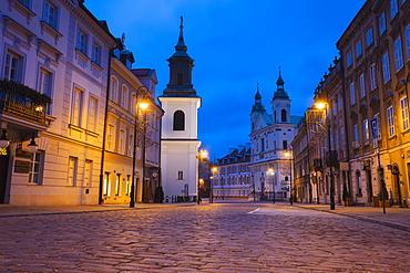 Poland, Masovia, Warsaw, Cobblestone street in old town at night