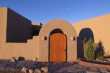 Usa, New Mexico, Santa Fe, Entrance to Adobe style house