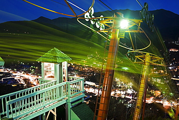 USA, Tennessee, Gatlinburg, Lift to mountain observation point at night