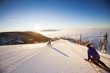 USA, Montana, Whitefish, Tourists on ski slope