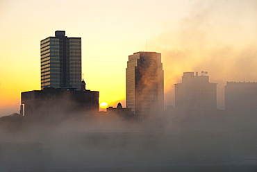 USA, Tennessee, Knoxville, Early morning fog covering city skyline