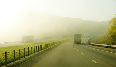 USA, Tennessee, Early morning traffic in fog
