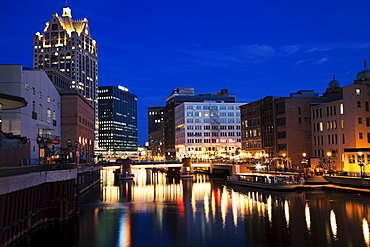 USA, Wisconsin, Milwaukee, Milwaukee River in the center of city