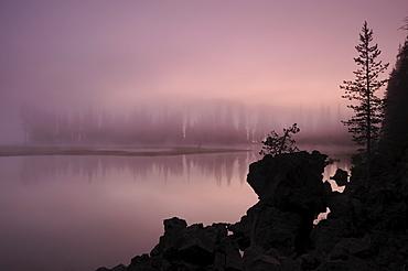 USA, Oregon, Deschutes County, Morning mist on Sparks Lake