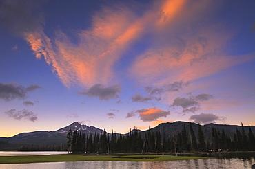 USA, Oregon, Deschutes County, Sparks Lake at sunset