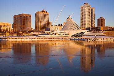 USA, Wisconsin, Milwaukee, City skyline with Art Museum
