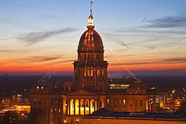 USA, Illinois, Springfield, State Capitol Building illuminated at sunset