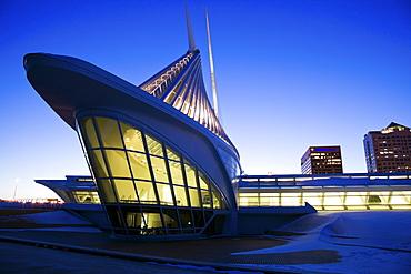 USA, Wisconsin, Milwaukee Art Museum at dusk