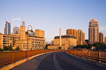 USA, Minneapolis, Minnesota, Bridge near downtown
