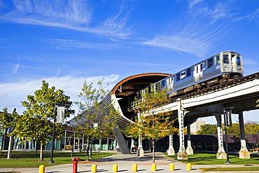 USA, Illinois, Chicago, Train passing Illinois Institute of Technology
