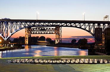 USA, Ohio, Cleveland, Bridge over river