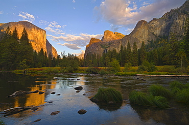 USA, California, Yosemite National Park, Merced River and El Capitan