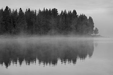 USA, Oregon, lake with fog