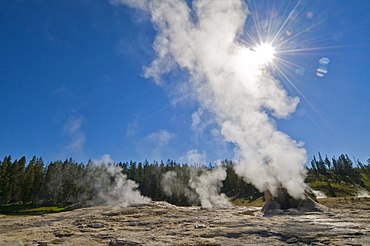 USA, Wyoming, Sun over steaming thermal pool
