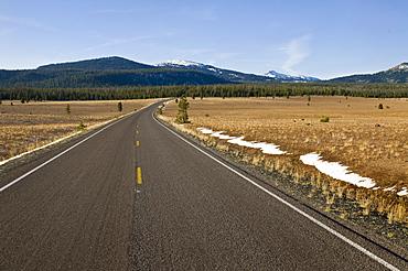 USA, Oregon, Road to mountains