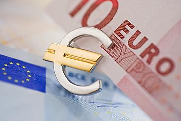 Euro notes and euro symbol