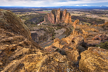USA, Oregon, Deschutes County, Rocky landscape with view on river, Deschutes County, Oregon
