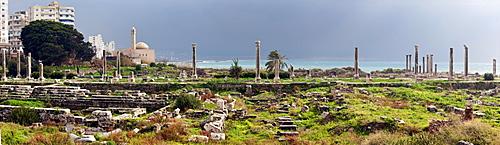 Al Mina ruins, mosque in background